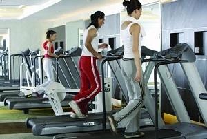 在健身房跑步锻炼图